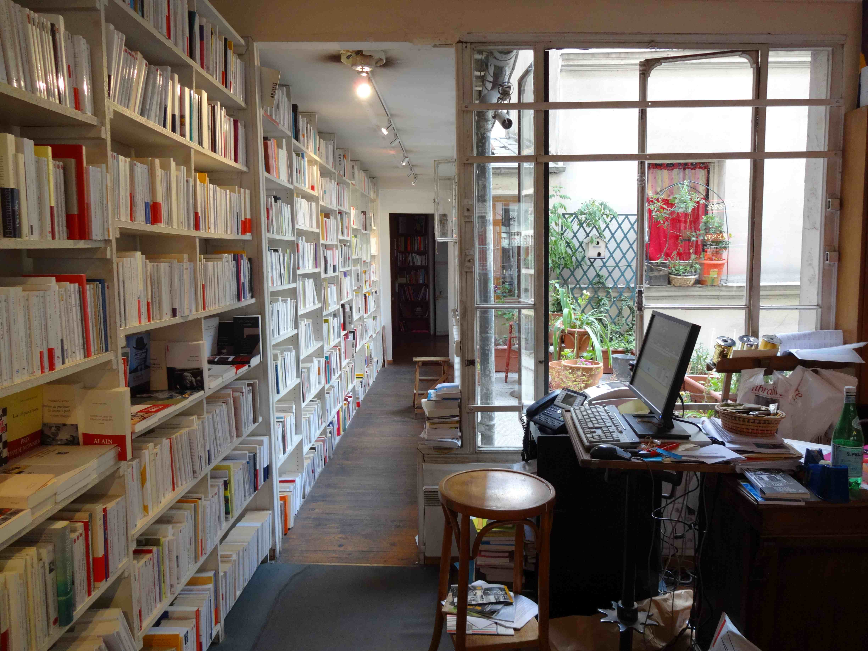 Librairie 22h05 rue des dames for Libraire maison