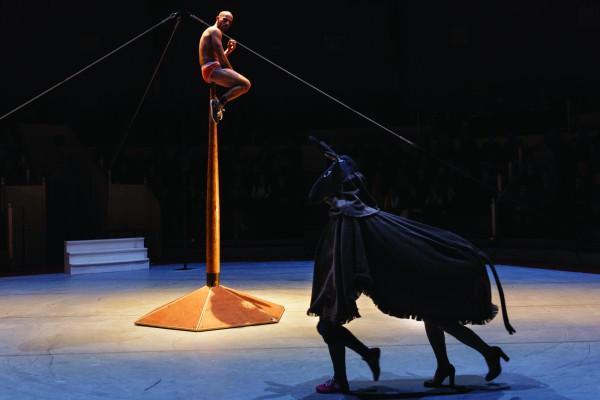 Avec-vue-sur-la-piste-Cnac-cirque-la-villette-espace-chapiteaux-spectacle-mat-indien-blog-united-states-of-paris-photo-©-Christophe-Raynaud-de-Lage-600x400