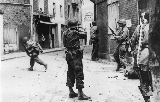 561x360_9-aout-1944-saint-malo-americains-tentent-debusquer-derniers-soldats-allemands