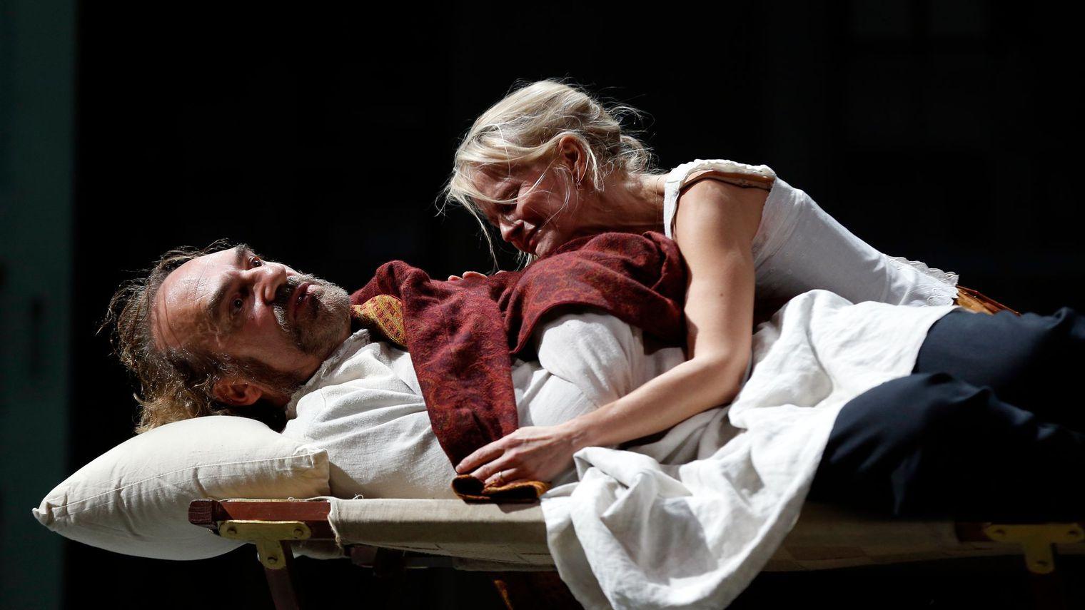 l-acteur-michel-vuillermoz-dans-le-role-du-capitaine-et-anne-kessler-dans-celui-de-sa-femme-le-16-septembre-2015-sur-la-scene-de-la-comedie-francaise-dans-la-piece-pere-du-suedois-august-strindberg_54